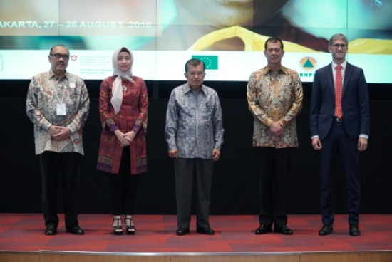 from left to right: Dr. Ritola Tasmaya (Secretary General of Indonesia Red Cross), Mrs. Adelina Kamal (Executive Director AHA Centre), H.E Dr. H Muhammad Jusuf Kalla (Vice President of the Republic of Indonesia and Chairperson of Palang Merah Indonesia), Lt. Gen. Doni Monardo (Chief Badan Nasional Penanggulangan Bencana), Mr. Michael Cottier (Minister, Deputy Head of Mission Swiss Embassy)