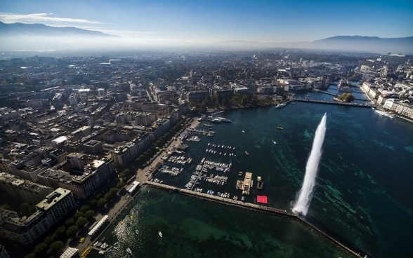 Aerial photograph of the city of Geneva and its water fountain.