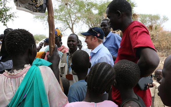 An employee of Swiss Humanitarian Aid discusses with internal displaced persons in the surroundings of Bor in South Sudan