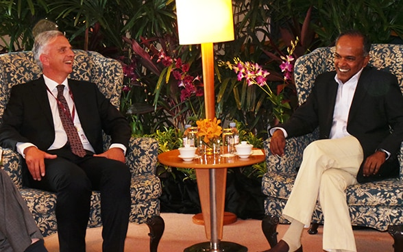 Federal Councillor Didier Burkhalter talking with the foreign minister of Singapore, Kasiviswanathan Shanmugam.