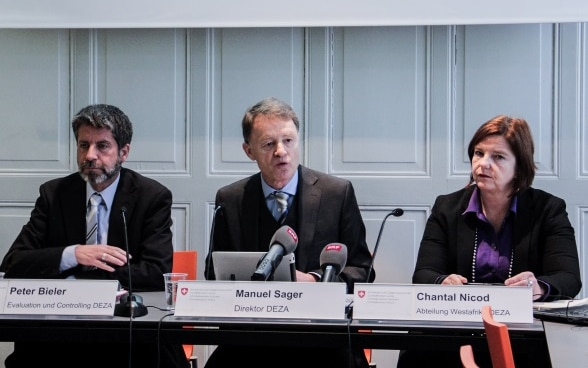 : Peter Bieler, Manuel Sager and Chantal Nicod talking with journalists at a table during the SDC's annual press conference in 2017.