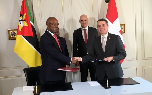 Cassis and Mozambiques Foreign Minister Condungua sign an agreement on international cooperation