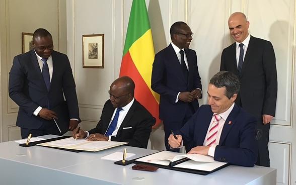 Ignazio Cassis, the head of the FDFA, and Aurélien Agbénonci, the foreign minister of Benin, sign two agreements.