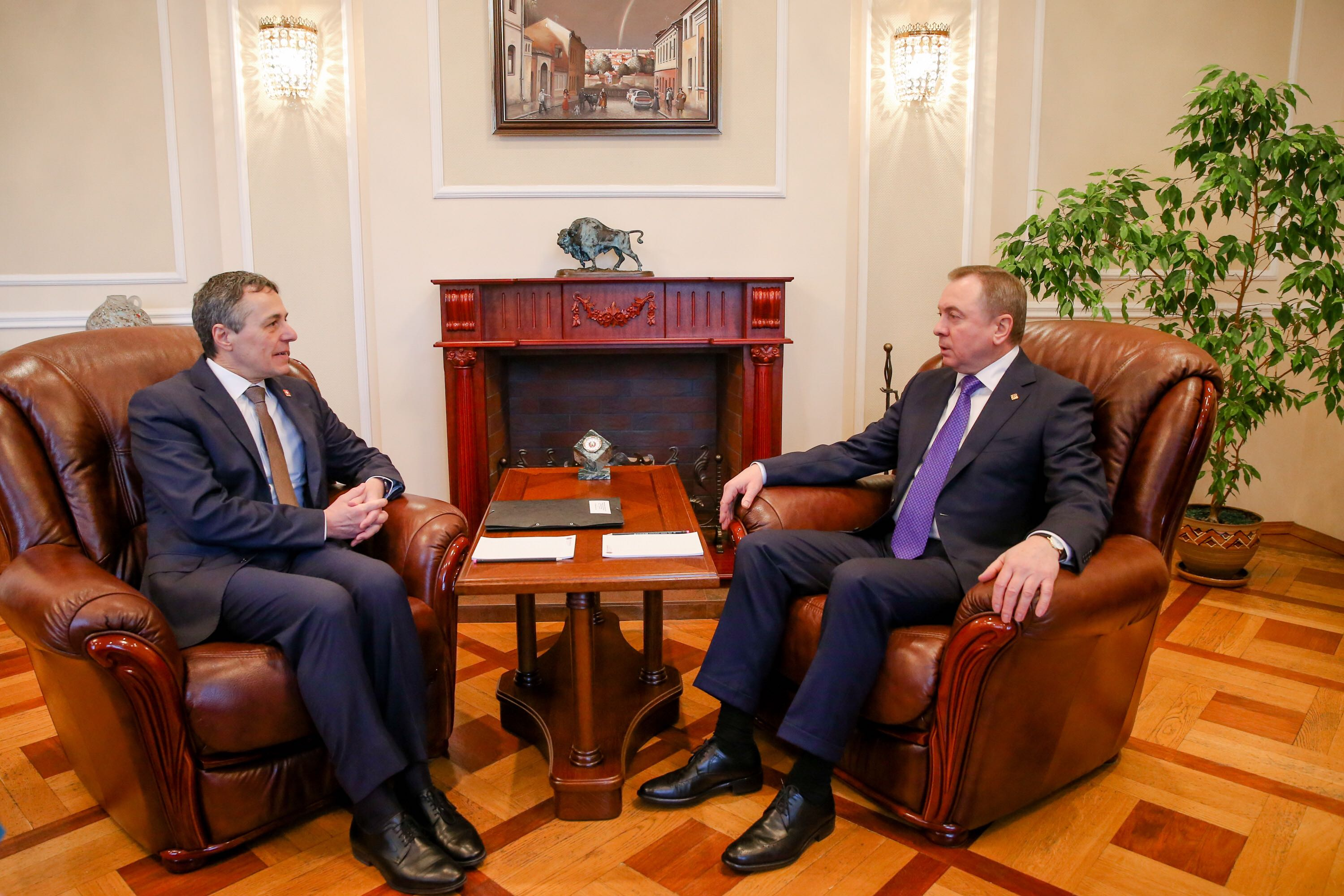 Federal Councillor Ignazio Cassis talks to the Belarusian Foreign Minister Uladzimir Makej.