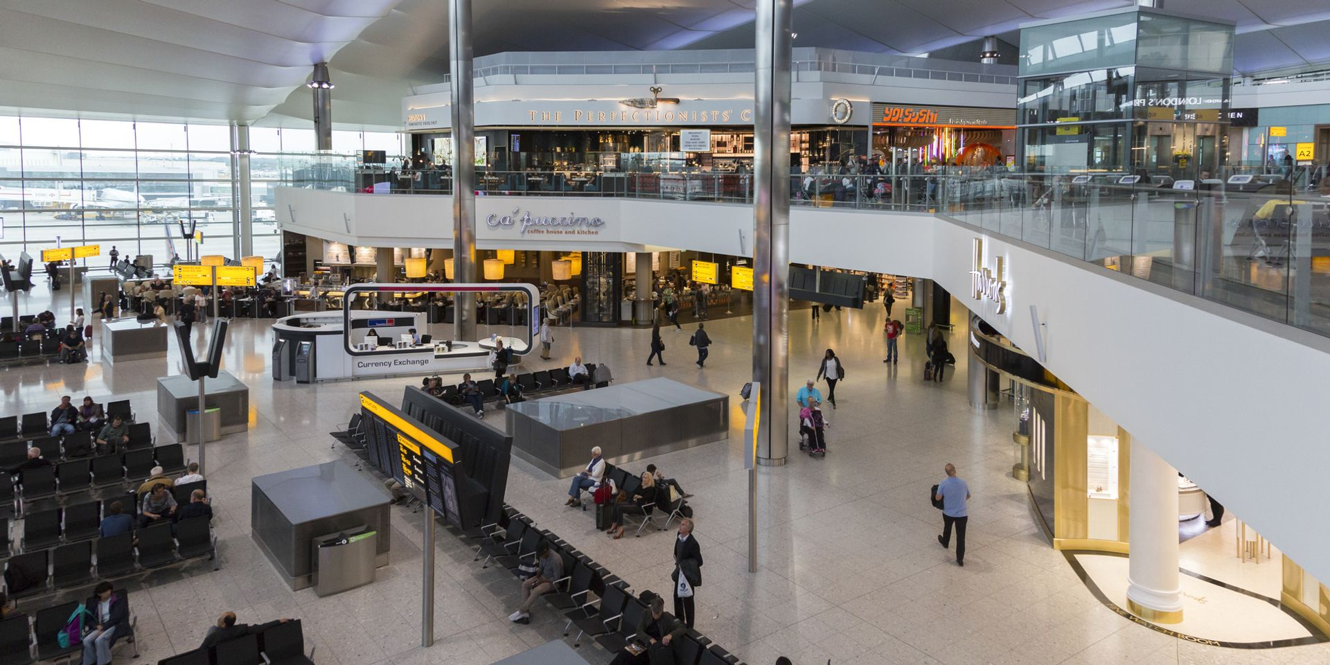 Vista su una sala d'imbarco dell'aeroporto di Londra Heathrow.