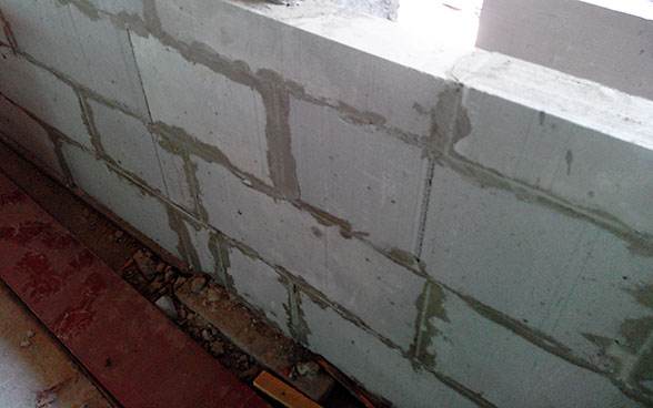 A wall built using cement blocks made from LC3.