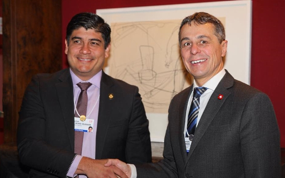 Federal Councillor Ignazio Cassis shakes hands with the President of Costa Rica, Carlos Alvarado Quesada, at the WEF.