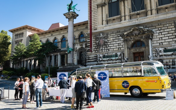 General view of the bus, diplomats, the public and La Riponne in Lausanne
