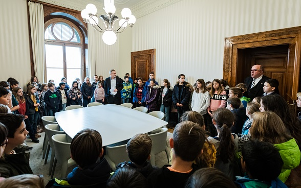 The children on the tour of the Federal Palace by General Secretary Markus Seiler.