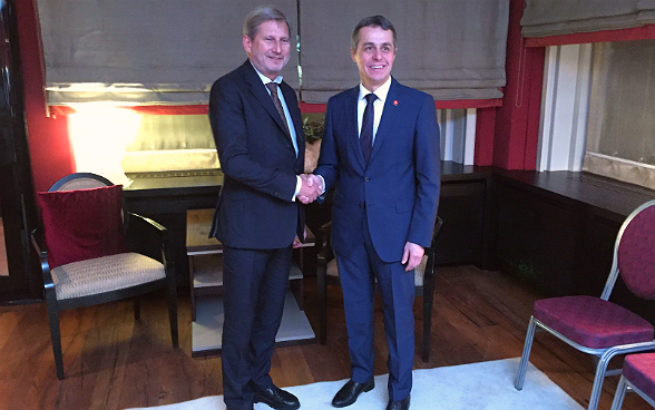 Head of the FDFA Ignazio Cassis meets EU Commissioner Johannes Hahn for bilateral talks.